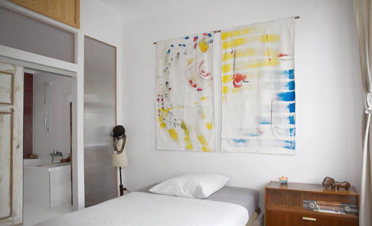 WDG Apartment renovation in Fshain, Berlin: Camera da letto in stile  di RARE Office