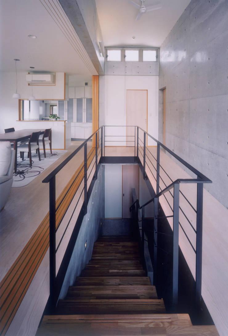 開放的なコンクリート住宅: スタジオ4設計が手掛けた廊下 & 玄関です。
