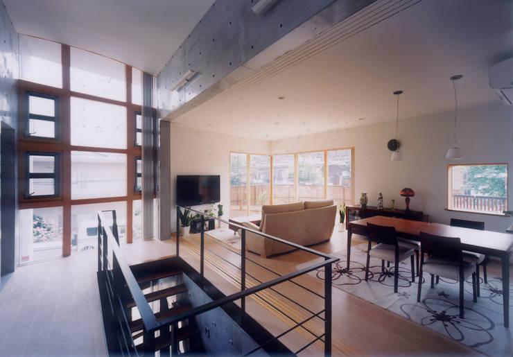 開放的なコンクリート住宅: スタジオ4設計が手掛けたリビングです。