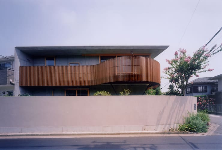 開放的なコンクリート住宅: スタジオ4設計が手掛けた家です。