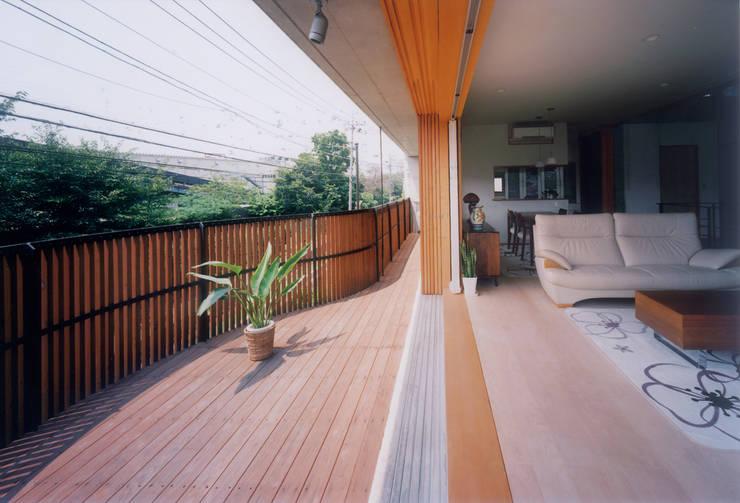 開放的なコンクリート住宅: スタジオ4設計が手掛けたベランダです。