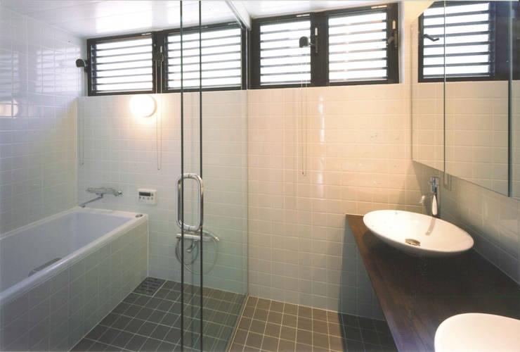 T型敷地の狭小住宅: スタジオ4設計が手掛けた浴室です。