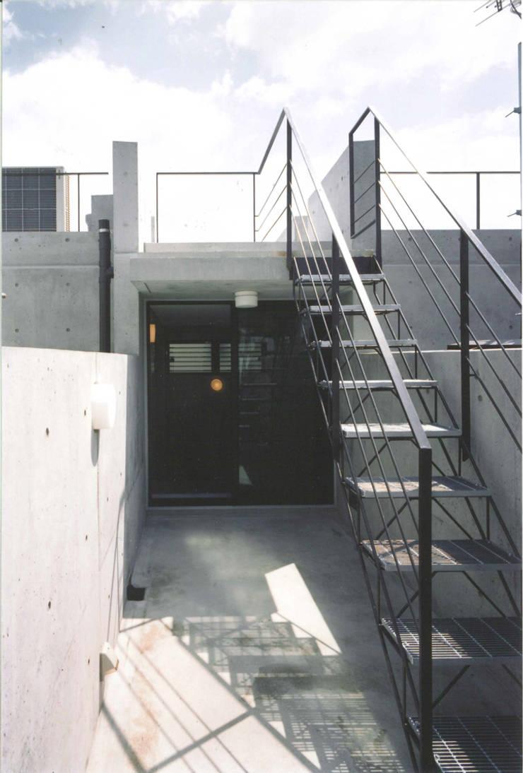 T型敷地の狭小住宅: スタジオ4設計が手掛けたテラス・ベランダです。,モダン