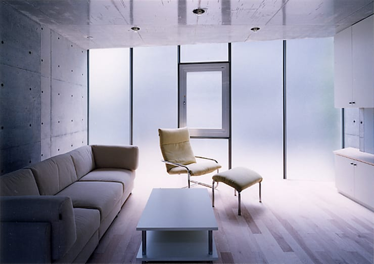 ウナギの寝床状敷地の家: スタジオ4設計が手掛けたリビングです。