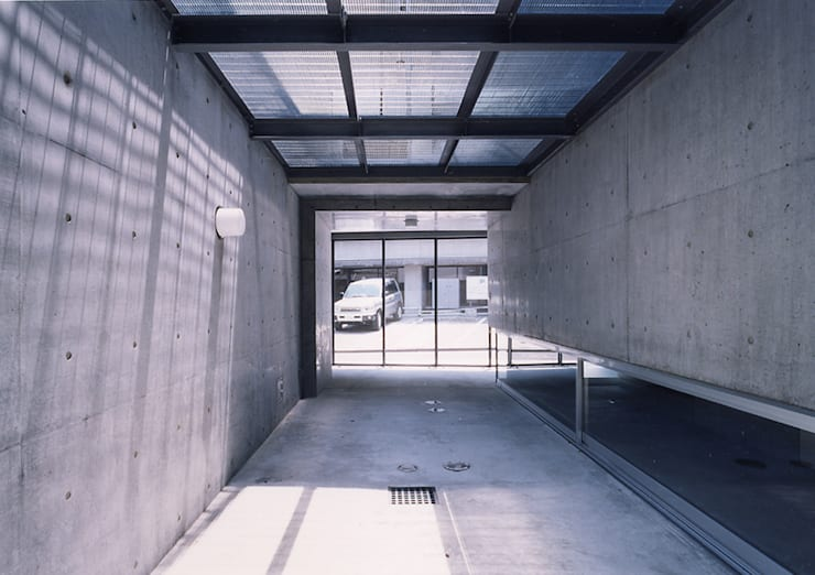 ウナギの寝床状敷地の家: スタジオ4設計が手掛けたガレージです。