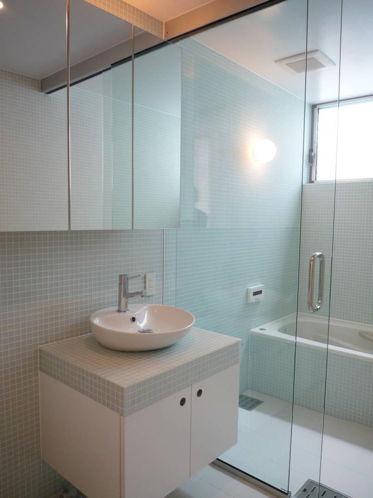 開放的なリビングのある家: スタジオ4設計が手掛けた浴室です。