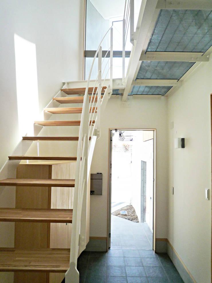 開放的なリビングのある家: スタジオ4設計が手掛けた廊下 & 玄関です。
