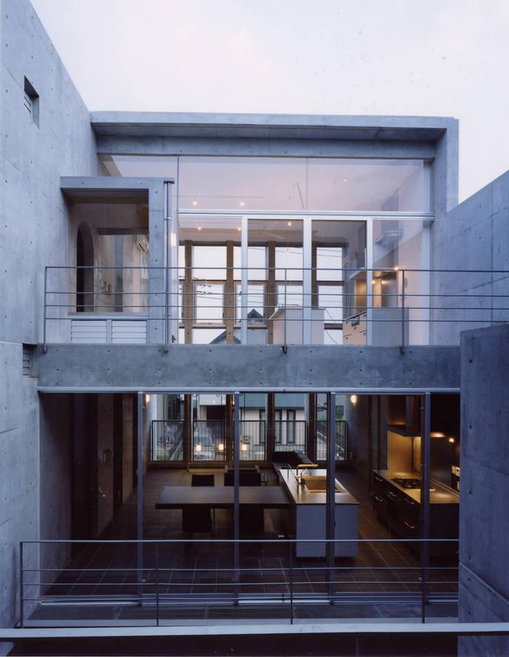 中庭を囲む3世代の家: スタジオ4設計が手掛けた家です。,モダン