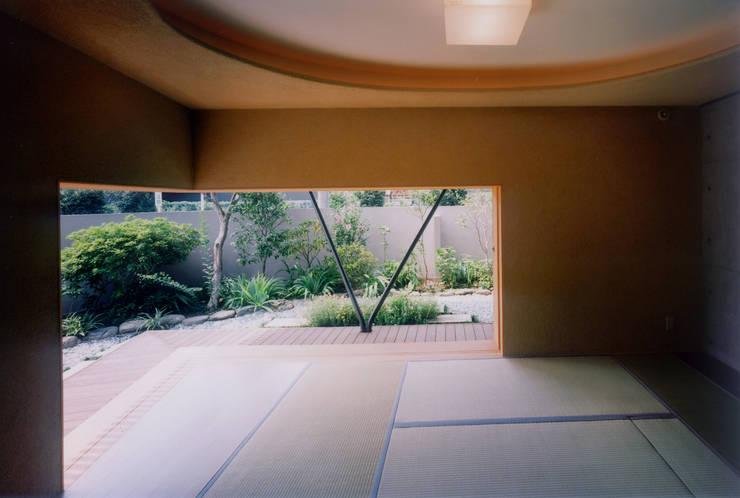 開放的なコンクリート住宅: スタジオ4設計が手掛けた和室です。