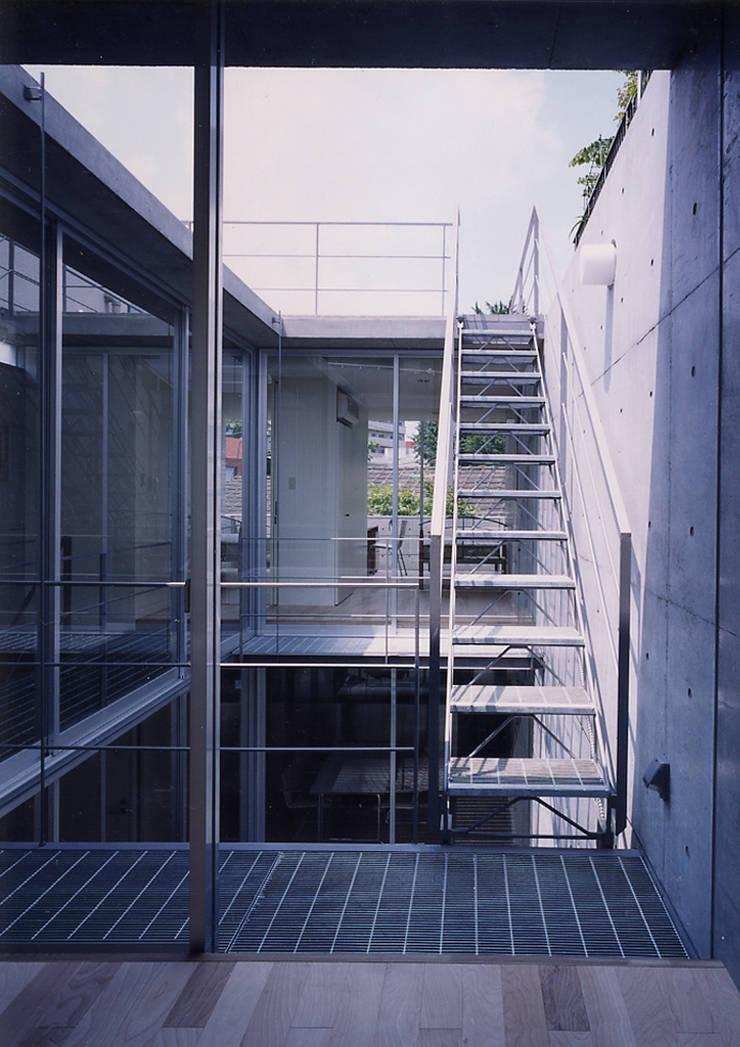 ウナギの寝床状敷地の家: スタジオ4設計が手掛けたテラス・ベランダです。