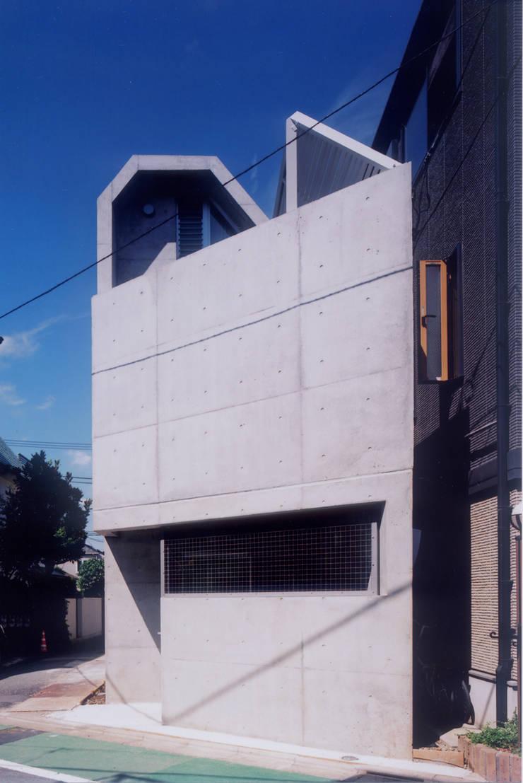 わずか12坪の敷地に建つコンクリートの家: スタジオ4設計が手掛けた家です。