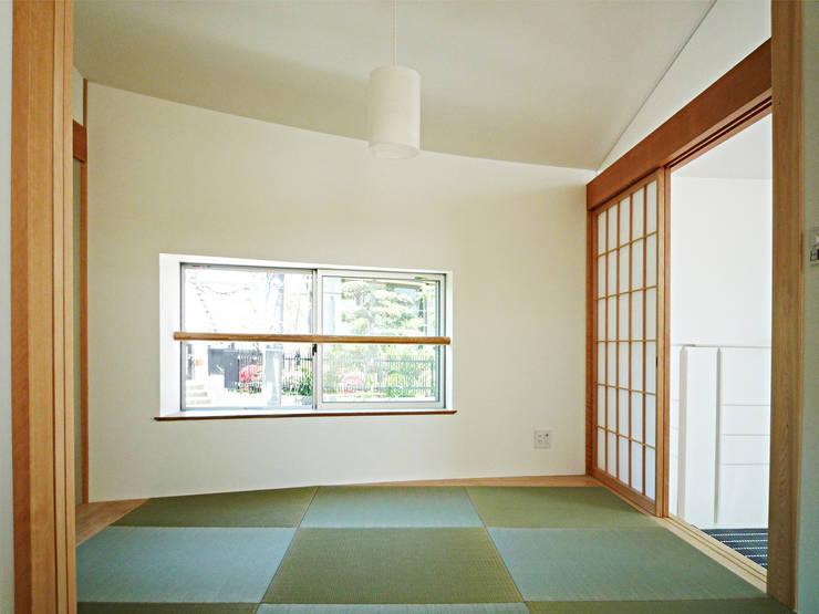 開放的なリビングのある家: スタジオ4設計が手掛けた和室です。