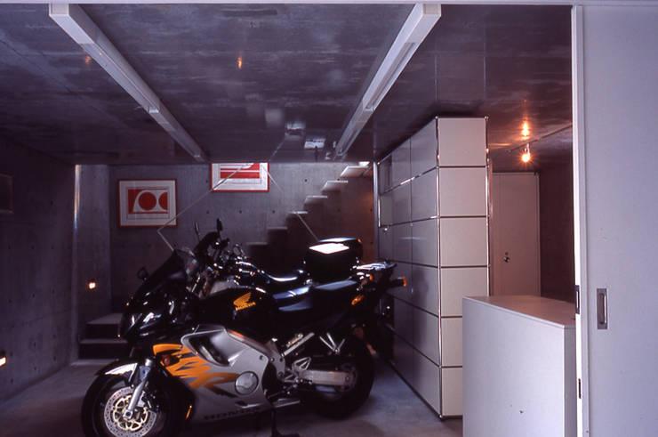 旗竿敷地の鉄筋コンクリートの家: スタジオ4設計が手掛けたガレージです。