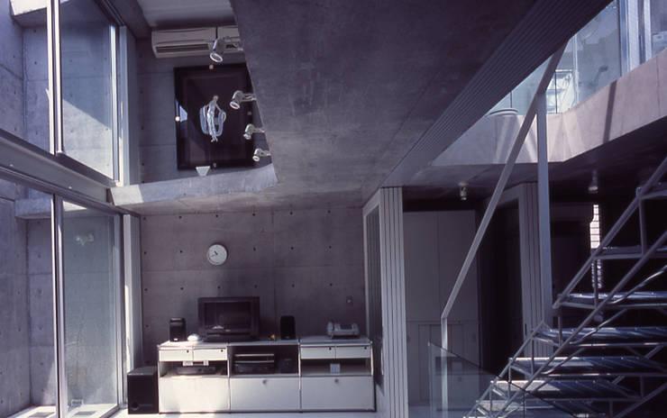 旗竿敷地の鉄筋コンクリートの家: スタジオ4設計が手掛けたリビングです。