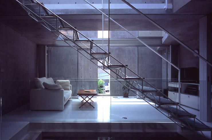 旗竿敷地の鉄筋コンクリートの家: スタジオ4設計が手掛けた廊下 & 玄関です。