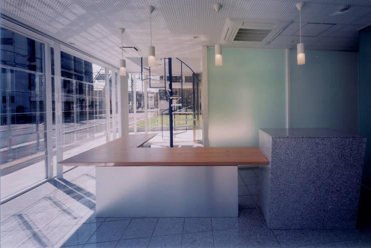 軽やかな表情を持つ店舗兼オフィスビル: スタジオ4設計が手掛けたオフィススペース&店です。