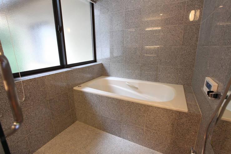 集まって住む木を感じる家: スタジオ4設計が手掛けた浴室です。