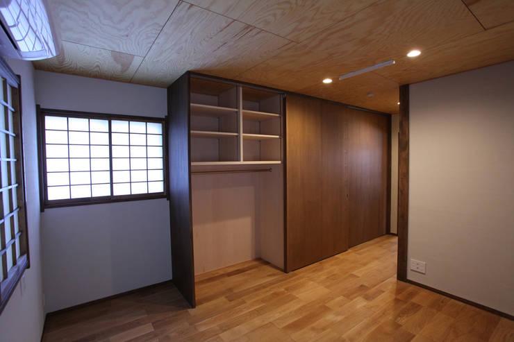 集まって住む木を感じる家: スタジオ4設計が手掛けた寝室です。