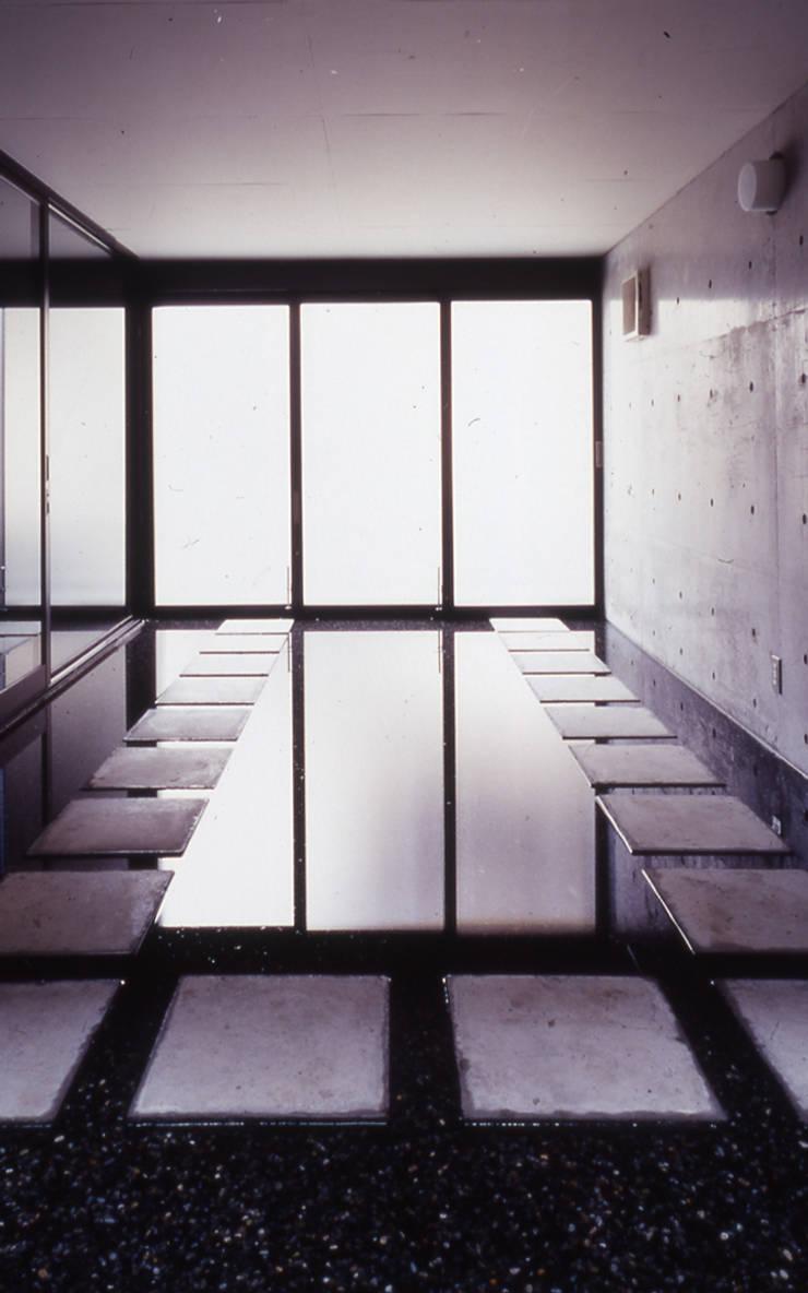 水盤のある家: スタジオ4設計が手掛けたガレージです。