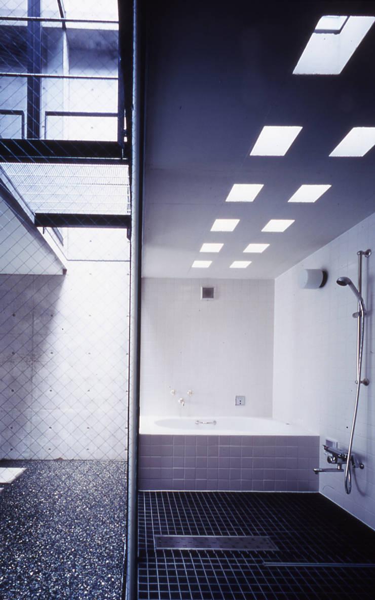 水盤のある家: スタジオ4設計が手掛けた浴室です。