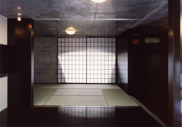 中庭を囲む3世代の家: スタジオ4設計が手掛けた和室です。,モダン