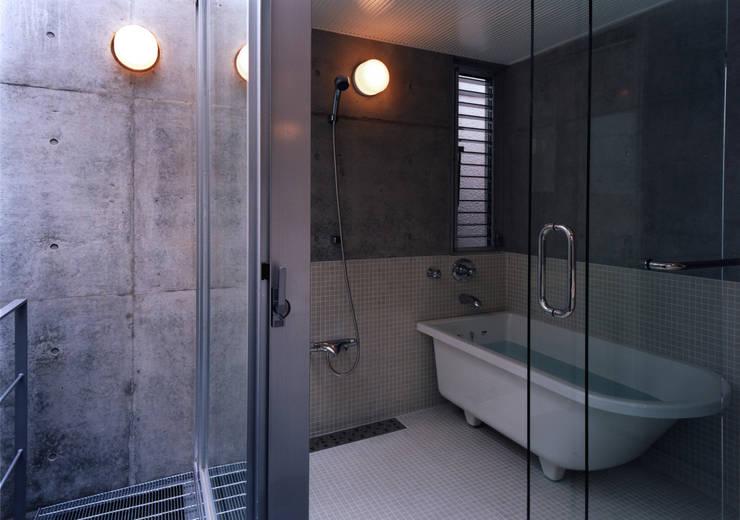 都市型貸店舗付狭小住宅: スタジオ4設計が手掛けた浴室です。