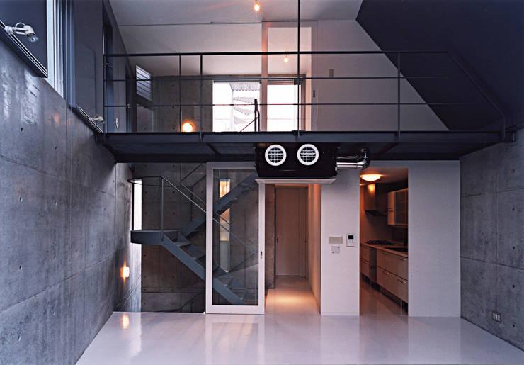 都市型貸店舗付狭小住宅: スタジオ4設計が手掛けたリビングです。