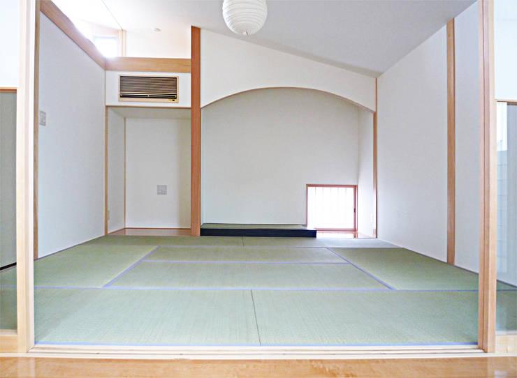 風の抜ける家: スタジオ4設計が手掛けた寝室です。