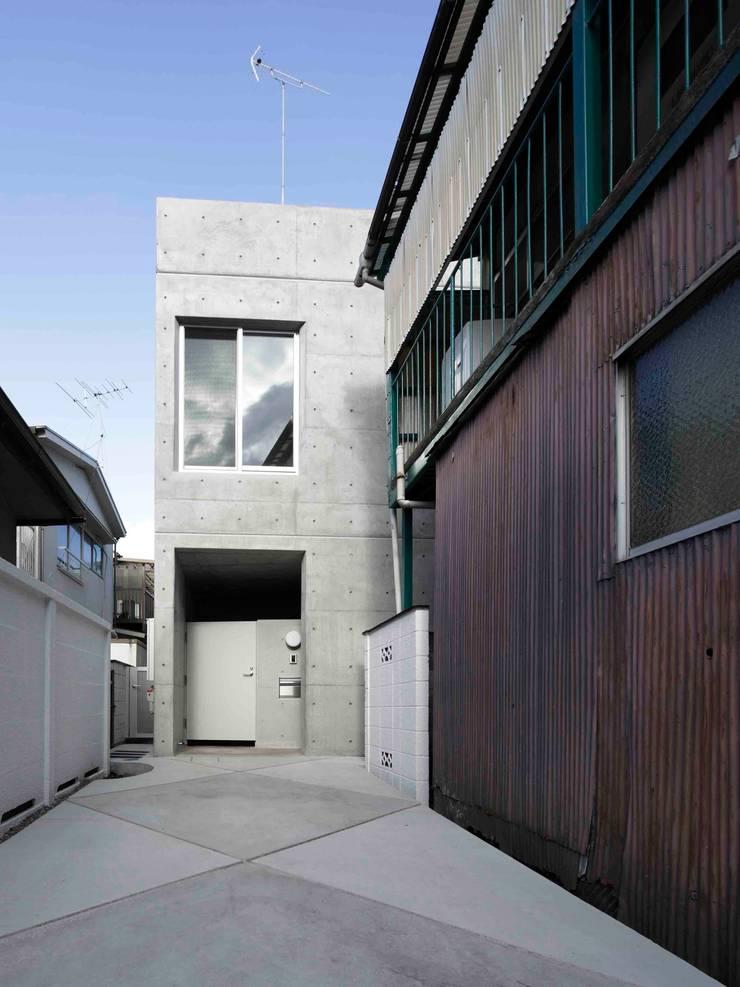 水盤のある都市型コンクリート住宅: スタジオ4設計が手掛けた家です。