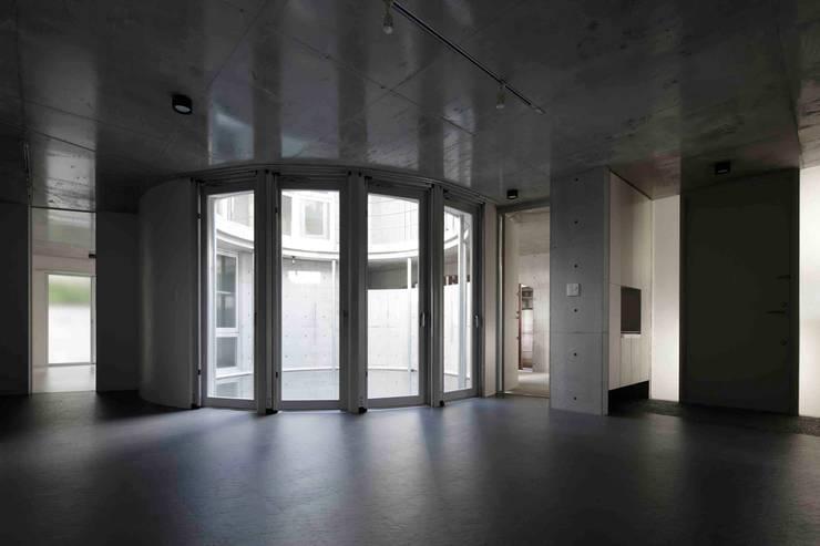 水盤のある都市型コンクリート住宅: スタジオ4設計が手掛けたリビングです。