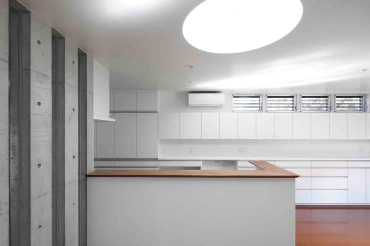 水盤のある都市型コンクリート住宅: スタジオ4設計が手掛けたキッチンです。