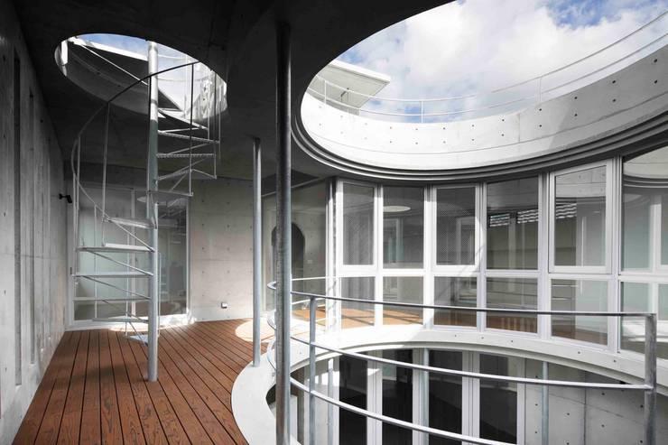 水盤のある都市型コンクリート住宅: スタジオ4設計が手掛けたベランダです。