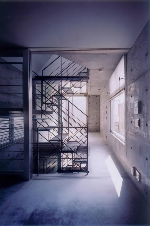 わずか12坪の敷地に建つコンクリートの家: スタジオ4設計が手掛けたリビングです。
