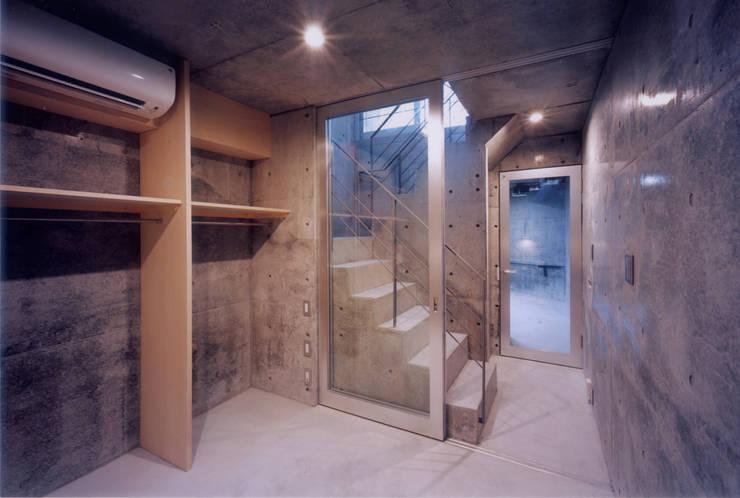 わずか12坪の敷地に建つコンクリートの家: スタジオ4設計が手掛けた寝室です。