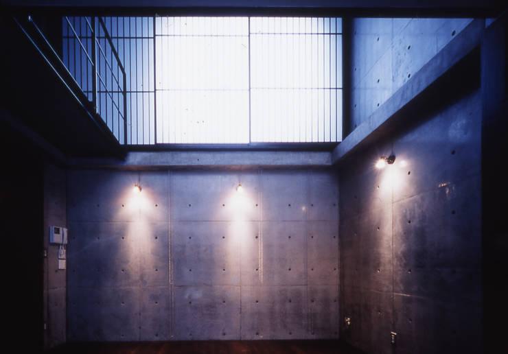 水盤のある家: スタジオ4設計が手掛けたリビングです。