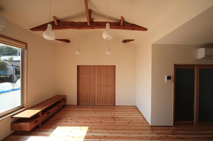 連島の家: 塚本雅久建築設計事務所が手掛けたリビングです。