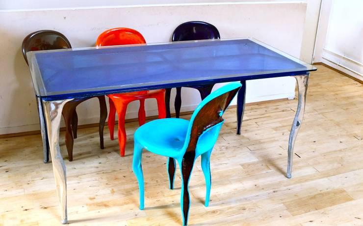 """table et chaises """"tsébèst"""": Maison de style  par Sébès Objets"""