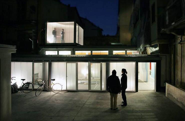 Trasformazione in studio di un'autofficina a San Salvario, Torino: Spazi commerciali in stile  di TRA - architettura condivisa