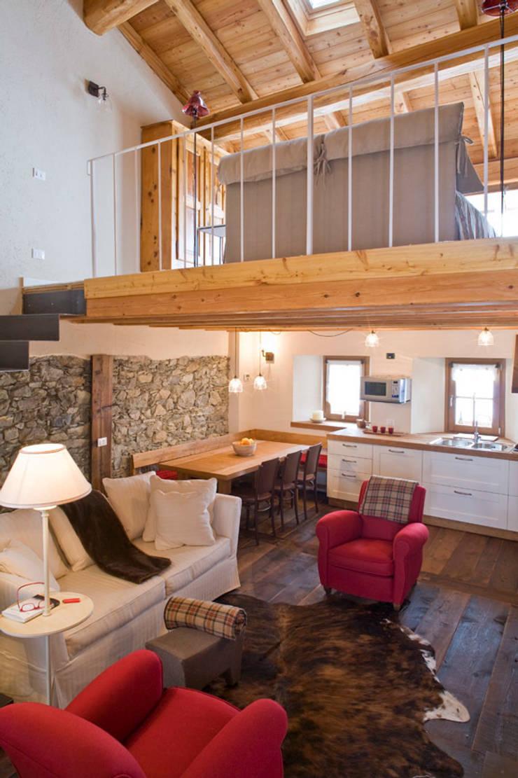Casa in valle d 39 aosta di geroni modi di abitare sas homify - Minibar in legno per casa ...