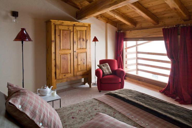 casa in valle d'aosta: Camera da letto in stile  di geroni modi di abitare sas