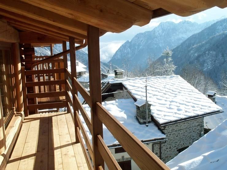 casa in valle d'aosta: Terrazza in stile  di geroni modi di abitare sas