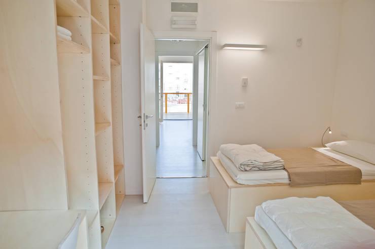 CasaZera: prototipo abitativo sostenibile in aree industriali dismesse, Torino: Camera da letto in stile in stile Industriale di TRA - architettura condivisa