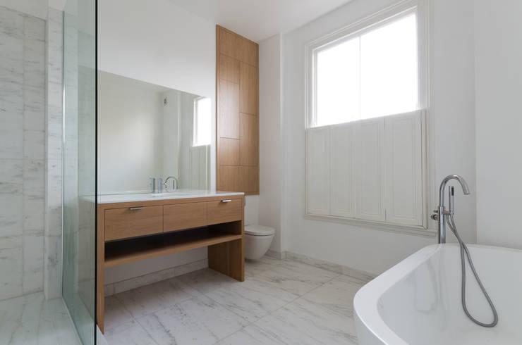 Baños de estilo moderno por Powell Picano