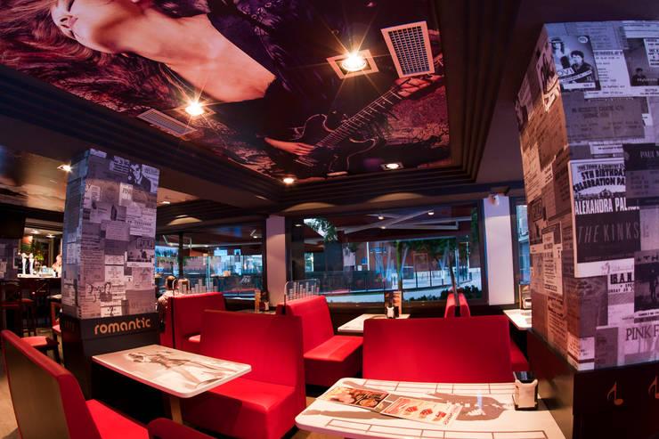 ROMANTIC. ROCK CAFE. CORNELLA. BARCELONA.: Locales gastronómicos de estilo  de INTERTECH ESPACIO CREATIVO