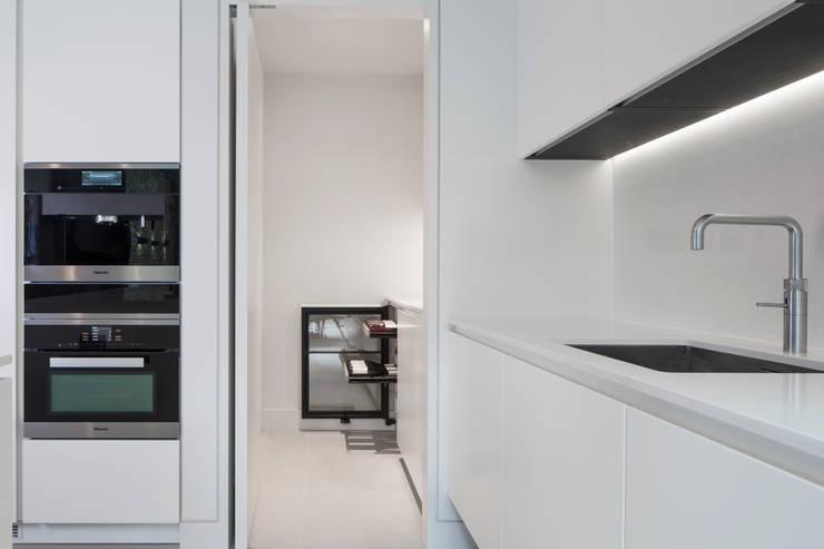 Chelsea Basement:  Kitchen by Simply Italian
