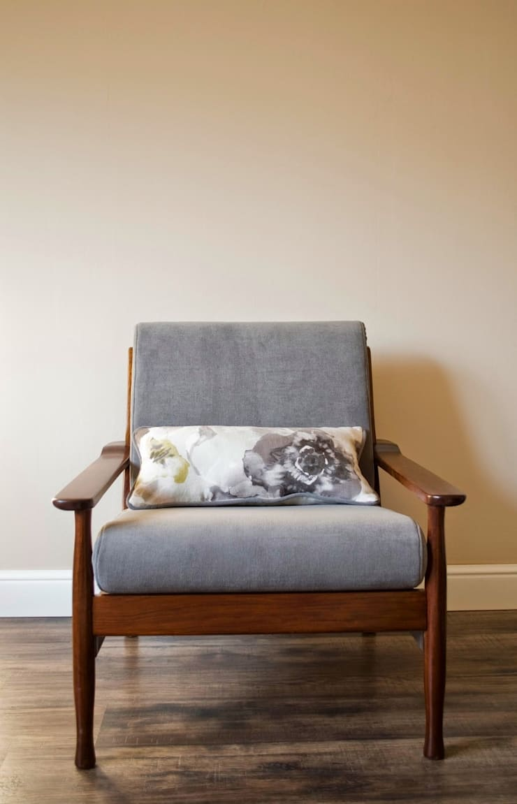 Danish mid-century upcycled armchair with cushion:  Living room by Modoo Home