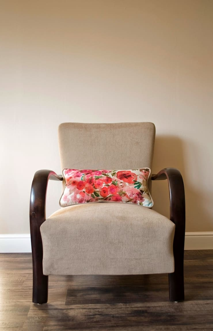 Aliz - Beige mid-century upcycled armchair with flower pattern cushion :  Living room by Modoo Home