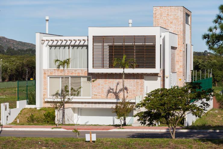 Casas de estilo moderno de Mantovani e Rita Arquitetura