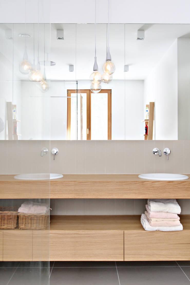 Dom MN: styl , w kategorii Łazienka zaprojektowany przez PB/STUDIO,
