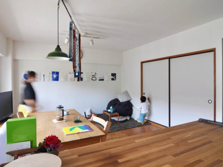 木のぬくもりに囲まれた家 すくすくリノベーション vol.3: 株式会社エキップが手掛けたリビングです。,